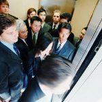 Hành vi xã hội của con người khi đi thang máy