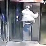 Ngã nhào vào hố thang máy khi đạp cửa thang