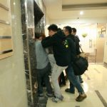 Chen lấn khi di chuyển bằng thang máy