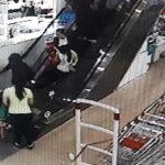 Bé 17 tháng bị kẹt thang máy cuốn tại sân bay