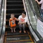 Không nên để trẻ nhỏ tự đi thang máy